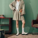 微挺版的滑順西裝面料 五分褲版型 前後打摺造型 完美修飾腿部線條 搭配西裝外套展現俐落風格