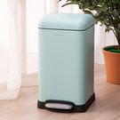 ‧ 霧面烤漆,簡約有型  ‧ 附內桶設計,方便清潔  ‧ 緩降踩踏開蓋不沾手,安靜無噪音