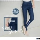 舒適簡約的水洗仿牛仔窄管褲可隨性穿出時尚大方造型 經典的深色系讓腿型更修長與纖細