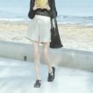 重磅手感的棉麻材質 鬆緊彈性褲頭 穿著舒適無負擔 寬鬆版型高腰設計 散發日系清新感