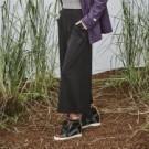 舒適柔軟材質 四面彈性伸縮、易活動 三色LOGO夾標 寬褲設計 / 摺子立體剪裁