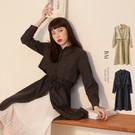 VOL138 風衣感抽繩綁帶設計 俐落排釦長款休閒風格 有型黑、時尚卡~2色實穿