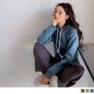 彩度較低的純色系讓質感更提升 隨意搭配下身營造清新文青感的休閒風格