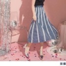 修身的A字版型剪裁不挑下身穿著 細緻的蕾絲花邊點綴讓率性的牛仔裙也能穿出甜美風格