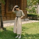 挺版扎實手感的斜紋面料 大口袋造型俏皮可愛 花苞腰帶設計打造豐富視覺 A字版型完美修飾身形