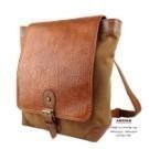 袋蓋上特製質感皮質,背包前幅設計一大袋蓋,增顯設計,呈現既大器又文靜的典型背包款 !