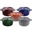 ●法國製造,各色數量有限 ●鍋身為鑄鐵製成 外部琺瑯塗層 ●傳熱快,導熱均勻,保溫性強