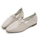 全真皮打造鞋身,柔軟皮革親膚 抓皺設計增添了鞋面豐富度 橡膠大底,耐磨行走好安心