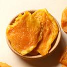 由新鮮愛文芒果製成 減糖、無添加防腐劑 長時間低溫烘烤而成 香Q有嚼勁、芒果味濃郁