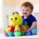 ◆鮮豔的色彩及不同紋理強化視覺觸覺發展 ◆輕壓腳部會有各音階彈奏強化聽覺發展 ◆柔軟布質呵護寶寶肌膚