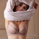無鋼圈設計,舒適集中效果 罩杯貼合使用吸濕排汗材質 腋下提托包覆設計,消除惱人副乳