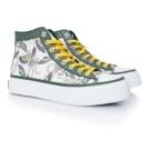 Daniel Wong設計出結構堅強並且舒適耐穿的鞋款,透過鞋履系列表達了其印花風格深刻的經典性。