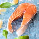 真空鮭魚片放置冷藏室退凍,烹調前使用流水清洗;經烹調加熱後確認魚肉中心熟透即可享用。