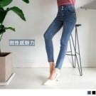 高腰的剪裁搭配加寬褲頭的設計,整體比例拉長 緊身褲的版型加上腰頭兩側的簍空設計