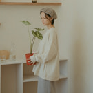 厚挺純棉面料親膚舒適 素面V領版型寬鬆好穿著 簡單內搭襯衫、素T 隨興搭配出與眾不同品味