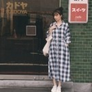 日系感方形格子 與白色搭配更加活潑好看 排釦設計全釦穿當洋裝 可以打開來當外套 附綁帶可自由調整腰身