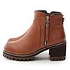 以中性軍裝風為主軸的厚底靴款搭配金屬鐵質拉鍊做恰到好處的點綴增厚的軍靴鞋底,提升穿著的穩定性