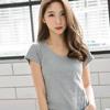 簡單乾淨的純色上衣是搭配性高也是造型十分多變的單品