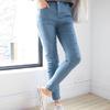 有彈力的窄管褲,能夠包覆贅肉穿出顯瘦感。腿部大範圍的抓破造型,瞬間注入個性魅力,凸顯強烈的自我風格