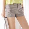 簡單的純色短褲十分百搭,加上工作口袋增添率性氛圍