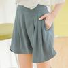 質感純色短褲,將上衣隨意紮入展現俐落有型的風格~打褶的立體剪裁設計,完美修飾腿部線條~