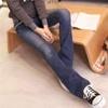 採用小碎花滾邊口袋設計創造出些許復古的感覺搭配起高根鞋,拉長整體腿型呈現女人的完美姿態