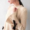 1024 喇叭開岔袖有可愛的絨布綁結造型,彈力十足包心紗針織,坑條面料更有質感。