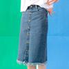 ◆ 前排釦式的穿法,搭配下擺抽鬚的設計,百搭的款式可以營造多種風格。