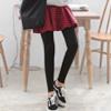 傘狀的裙襬可以修飾肉肉的下半身,拼接彈性內搭褲,視覺上修身又時尚