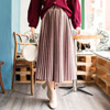 ◆ 質感的亮面絨毛布料,搭配百褶的設計,使你舉手投足都顯得柔美。