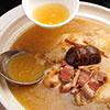 濃郁湯汁加上有嚼勁的整隻小土雞、金華火腿和扁尖筍,精燉36小時煲出令人垂涎欲滴的金黃色湯汁