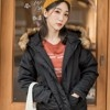 鋪棉的紮實面料搭配毛領的設計,在寒冷的冬天保暖且輕盈