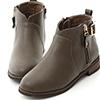滿載時髦元素的注目靴款登場!小V口的設計巧妙修飾腿型簡單的釦環做恰到好處的點綴