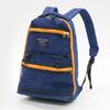 橫越袋身的大開口拉鍊與多功能調節束帶固定無法置於袋內的大物品,使其充滿擴充機能外仍保有輕巧的設計初衷