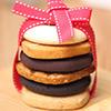 以濃厚巧克力烘焙再鋪上巧克力豆☆ 口感充滿層次就是要double的chocolate享受☆