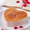 摘取來自南投埔里的有機玫瑰花瓣,融合在天然乳酪之中,沒有人工色素,也能讓你感受熱戀般的粉色幸福。