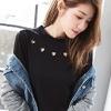 胸前的愛心鏤空設計讓簡單的純色上衣有畫龍點睛的效果