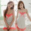 柔滑緞面款性感睡衣 乳白色裙身的胸口 裙襬間搭上亮眼桃紅蕾絲