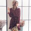 ◆ 腰綁帶小立領荷葉抽皺連身裙,呈現浪漫乾燥花色美感。