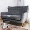 ●古典英式簡約風.高支撐舒適擁抱感沙發●圓弧感X椅背拉扣造型設計●溫暖大地色系適合各種居家