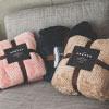 ‧法蘭絨表面刻印紋路,更添手感‧背面為厚實溫暖羊羔絨‧仿天然羊羔輕柔特性‧不悶熱、自然加溫