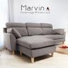 三人沙發搭配一個椅凳,讓沙發有更多的組合變化。藉由椅墊.椅凳的位置變換,使沙發輕易與居家格局做配合。