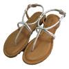 簡單的鞋面設計,金屬牛皮襯托個性品味,穿著長褲或長裙均能創造出屬於夏季獨有的氛圍。