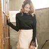 ◆ 基本圓領長袖上衣版型,睫毛蕾絲的拼接設計,打造簡約風格。