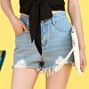 ◆ 刷破抽鬚牛仔短褲,高腰的版型剪裁拉出好比例,是時下簡單又有型的休閒穿搭。