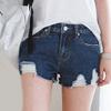 褲襬的流行破損抽鬚造型,增添率性風味,適當的密合大腿,創造勻稱的雙腿比例線條