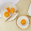 獨家的「雙重烘焗」鹹蛋黃預先烘烤再融入奶黃餡焗製蛋吞椰香因此完美融合奶黃香濃絕無添加人工色素