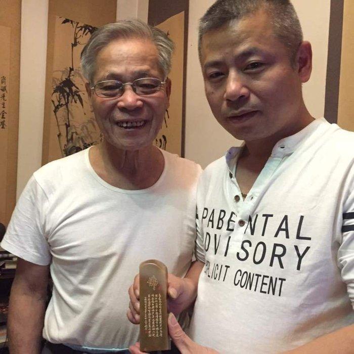 拍賣會回流~~界藝術家名人  東方之子 國寶大師大師 吳肖斌作     老挝石   橘皮通透凍石『達摩』