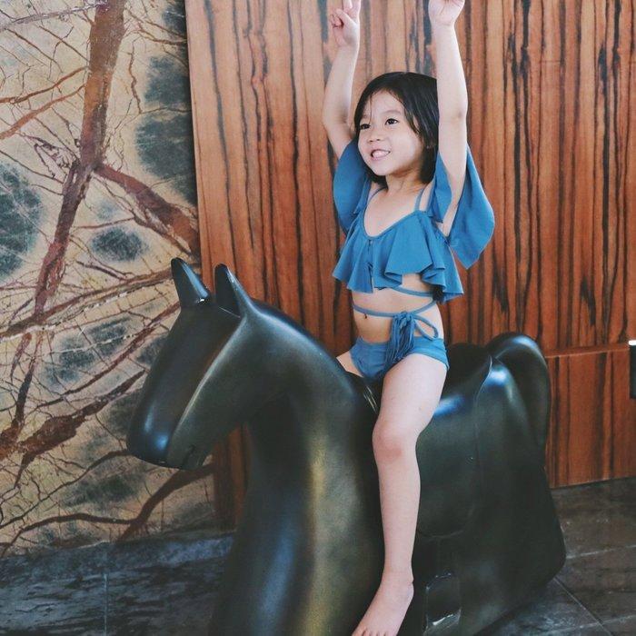 歐美女童荷葉邊流蘇交叉綁帶二件式泳裝 童裝兒童泳衣 灰藍 一字肩吊帶母女泳衣母女裝親子 海灘 實拍現貨 米絲小姐玩時妝