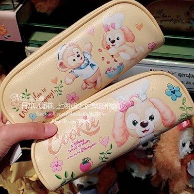 Miss莎卡娜代購【香港迪士尼樂園】﹝預購﹞達菲熊與新朋友 Cookie 曲奇狗 餅乾狗 廚師狗 雙面圖案 筆袋
